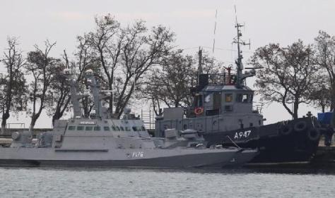 Kapal perang bersenjata artileri miliki Ukraina dan kapal tunda terlihat berlabuh di pelabuhan Kerch, Crimea, Rusia pada 26 November 2018. Reuters