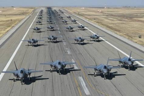 F-35 Amerika Serikat saat manver bareng dari landasan pacu Pangkalan Udara Hill di Utah, 19 November 2018. CNN