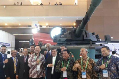 Menteri Pertahanan Malaysia YB Tuan Haji Mohamad Bin Sabu (di tengah menggunakan jas) saat foto bersama dengan Dirut PT Pindad Abraham Mose saat mengunjungi stand PT Pindad di Indo Defen