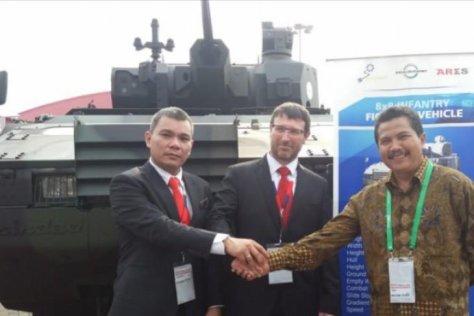 CEO PT Czechoslovak Grup Indonesia Ashar Sjarfi (kiri), Vice Presiden Czechoslovak Daniel Kana (tengah) dan General Manager Special Vehicle PT Pindad (Persero) Agus Edy Suprihanto (kanan