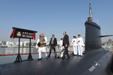 Perdana Menteri India Narendra Modi saat meninjau peresmian kapal selam Angkatan Laut India, INS Kalvari di Mumbai, Desember 2017. (AFP)