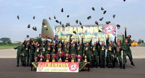 Kontingen AARM merayakan Kemenangan di Bandar Udara Halim Perdana Kusuma. (Andreas Ricky Febrian)